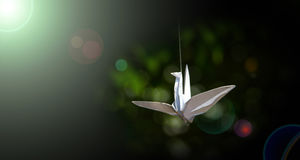 Pájaros de papel para irradiar la luz Foto de archivo
