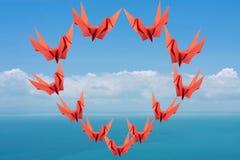 Pájaros de papel rojos en dimensión de una variable del corazón Foto de archivo libre de regalías