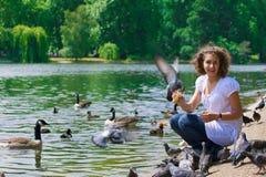 Pájaros del ?nd de la muchacha Foto de archivo libre de regalías