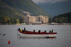 Pájaros en el barco de rowing en el lago del ohrid imágenes de archivo libres de regalías