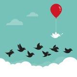 Pájaros que vuelan en el cielo y los globos rojos Imagen de archivo