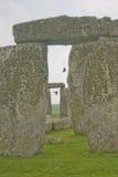 Pájaros que vuelan entre Stonehenge Imágenes de archivo libres de regalías