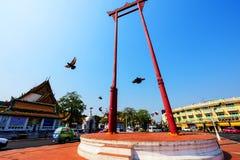 Pájaros que vuelan a través del oscilación gigante, Bangkok Imágenes de archivo libres de regalías