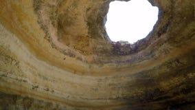 Pájaros salvajes que vuelan dentro de una cueva enorme metrajes