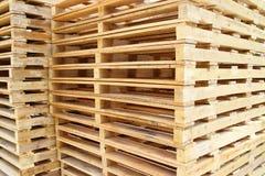 Pálete de madeira para a matéria prima Imagens de Stock