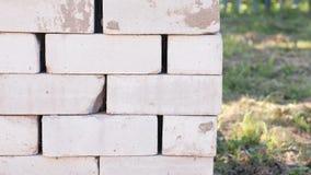 Pálete do close-up dos tijolos para construir uma casa no país vídeos de arquivo