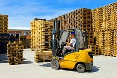Pálete do Forklift imagem de stock