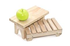 Pálete, tabela e lâmpada verde da maçã isoladas Foto de Stock