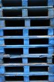 Páletes de madeira azuis Imagem de Stock