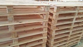 Páletes de madeira de Brown para a distribuição e o transporte de produto no armazém Foto de Stock Royalty Free