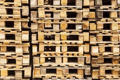 Páletes de madeira do transporte nas pilhas. Fotografia de Stock