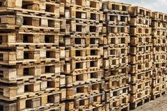 Páletes de madeira do transporte nas pilhas. Foto de Stock Royalty Free