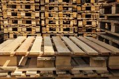 Páletes de madeira do transporte nas pilhas. Imagem de Stock Royalty Free