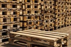 Páletes de madeira do transporte nas pilhas. Fotografia de Stock Royalty Free