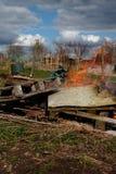 Páletes de madeira e desperdícios gerais que estão sendo queimados foto de stock