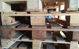 Páletes de madeira no armazém Foto de Stock Royalty Free