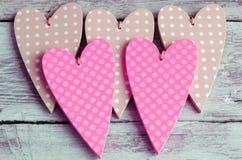 Pálido pontilhado - corações verdes no fundo de madeira Fotos de Stock