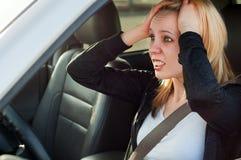 Pánico femenino del conductor en un coche Fotos de archivo
