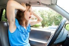 Pánico femenino del conductor en un coche Imagen de archivo libre de regalías