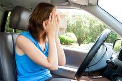 Pánico femenino del conductor en un coche Imagenes de archivo