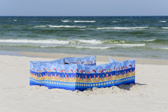 Pára-brisas em uma praia dourada larga no beira-mar polonês Imagem de Stock
