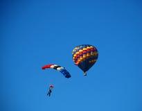 Pára-quedas com o balão de ar quente Fotos de Stock Royalty Free