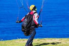Pára-quedas de controlo do homem no dia ventoso Fotografia de Stock