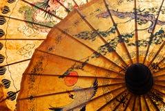 Pára-sol com ornamento tailandês imagem de stock