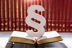 Párrafo de madera blanco el símbolo de la ley fotografía de archivo libre de regalías