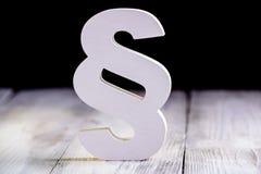 Párrafo de madera blanco - símbolo de la ley en negro foto de archivo libre de regalías