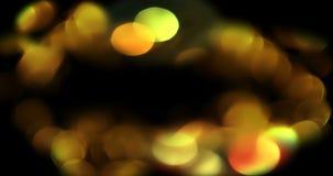 Párticulas de polvo del brillo de la chispa de la pendiente del oro de la Navidad en fondo negro con el movimiento el fluir del b almacen de video