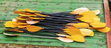 Pás do caiaque na doca Imagem de Stock