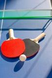Pás do pong dois do sibilo do tênis de mesa e bola branca Fotografia de Stock Royalty Free