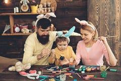 Páscoa Bunny Costume Ovos da páscoa da pintura da mãe, do pai e da criança imagens de stock royalty free