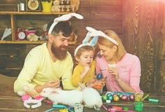 Páscoa Bunny Costume Ovos da páscoa da pintura da mãe, do pai e da criança fotos de stock
