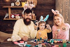 Páscoa Bunny Costume Ovos da páscoa da pintura da mãe, do pai e da criança fotografia de stock