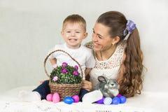 Páscoa Coelhinho da Páscoa e ovos coloridos imagem de stock royalty free