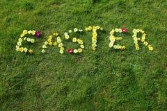 A Páscoa da palavra soletrada para fora nas flores Imagens de Stock