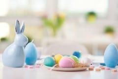 A Páscoa decorou a tabela com ovos pintados Fotos de Stock