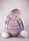 Páscoa feita malha Bunny Toy Imagens de Stock