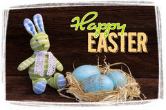 Páscoa feliz Bunny Toy Raffia Nest Duck Eggs fotografia de stock royalty free