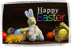 Páscoa feliz Bunny Toy Raffia Nest Painted Eggs imagens de stock
