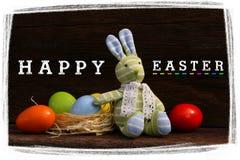 Páscoa feliz Bunny Toy Raffia Nest Painted Eggs fotos de stock royalty free