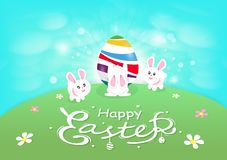 Páscoa feliz, coelho bonito que joga com o ovo no monte, campo de grama, caligrafia, cartão da decoração da flor, desenhos animad ilustração stock