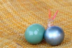 Páscoa feliz, coelho de cristal com os ovos coloridos no weave de bambu Fotos de Stock Royalty Free