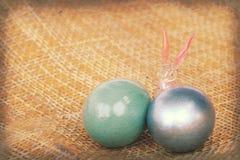 Páscoa feliz, coelho de cristal com os ovos coloridos no weave de bambu Imagens de Stock Royalty Free