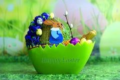 Páscoa feliz - lebre com cascas de ovo Fotografia de Stock