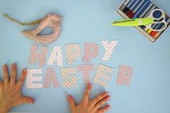 Páscoa feliz - mãos 2 das crianças Imagens de Stock Royalty Free