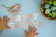 Páscoa feliz - mãos das crianças Fotografia de Stock Royalty Free