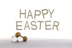 Páscoa feliz nas palavras com mini ovos da páscoa Fotos de Stock Royalty Free